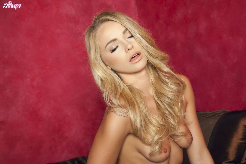 Сексуальная блондиночка мастурбирует, студенческие групповые оргии